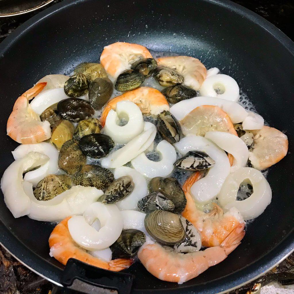 魚介を炒める
